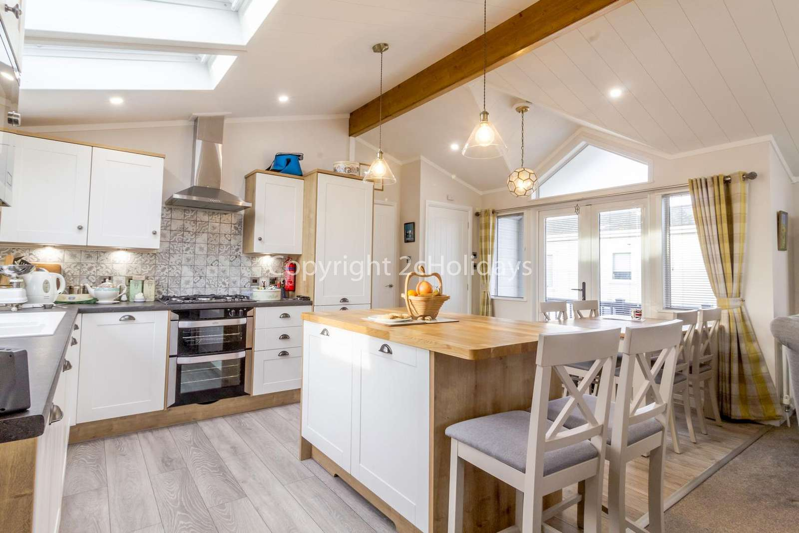 Spacious and open plan country style kitchen with a full size built in oven and 5 ring hob!