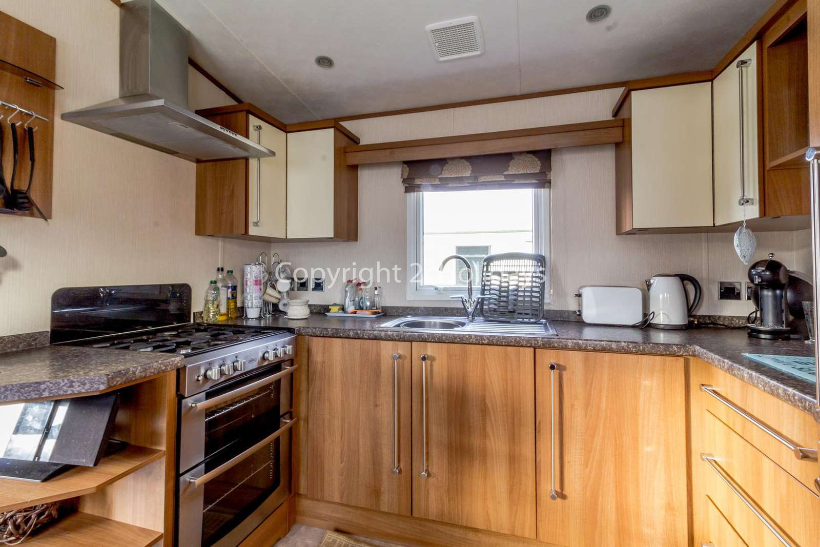 This kitchen includes a full size oven/hob and integrated fridge/freezer!