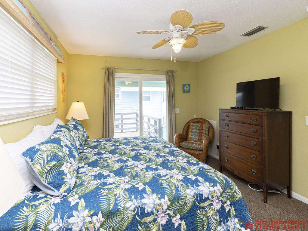 Coastal Cottage B Bed with Television