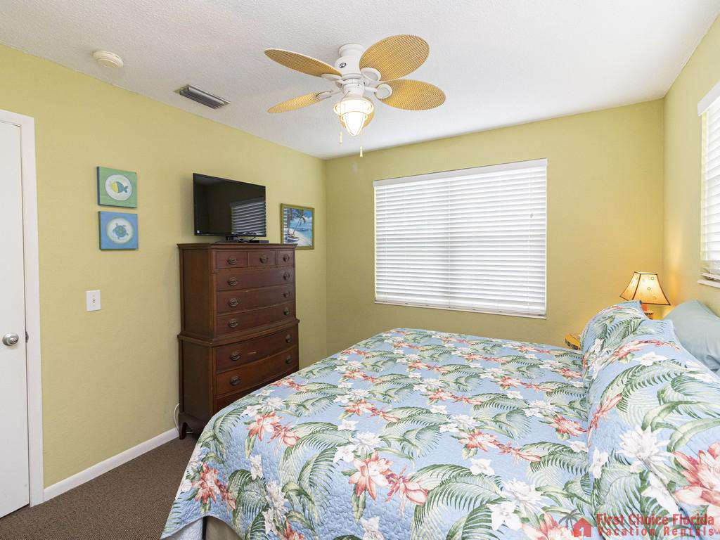 Coastal Cottage B Bed TV and Fan