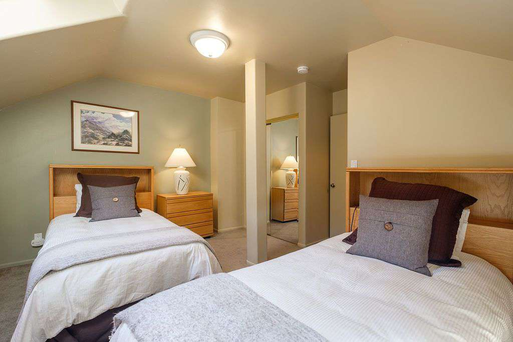 Fourth floor bedroom with two twin beds