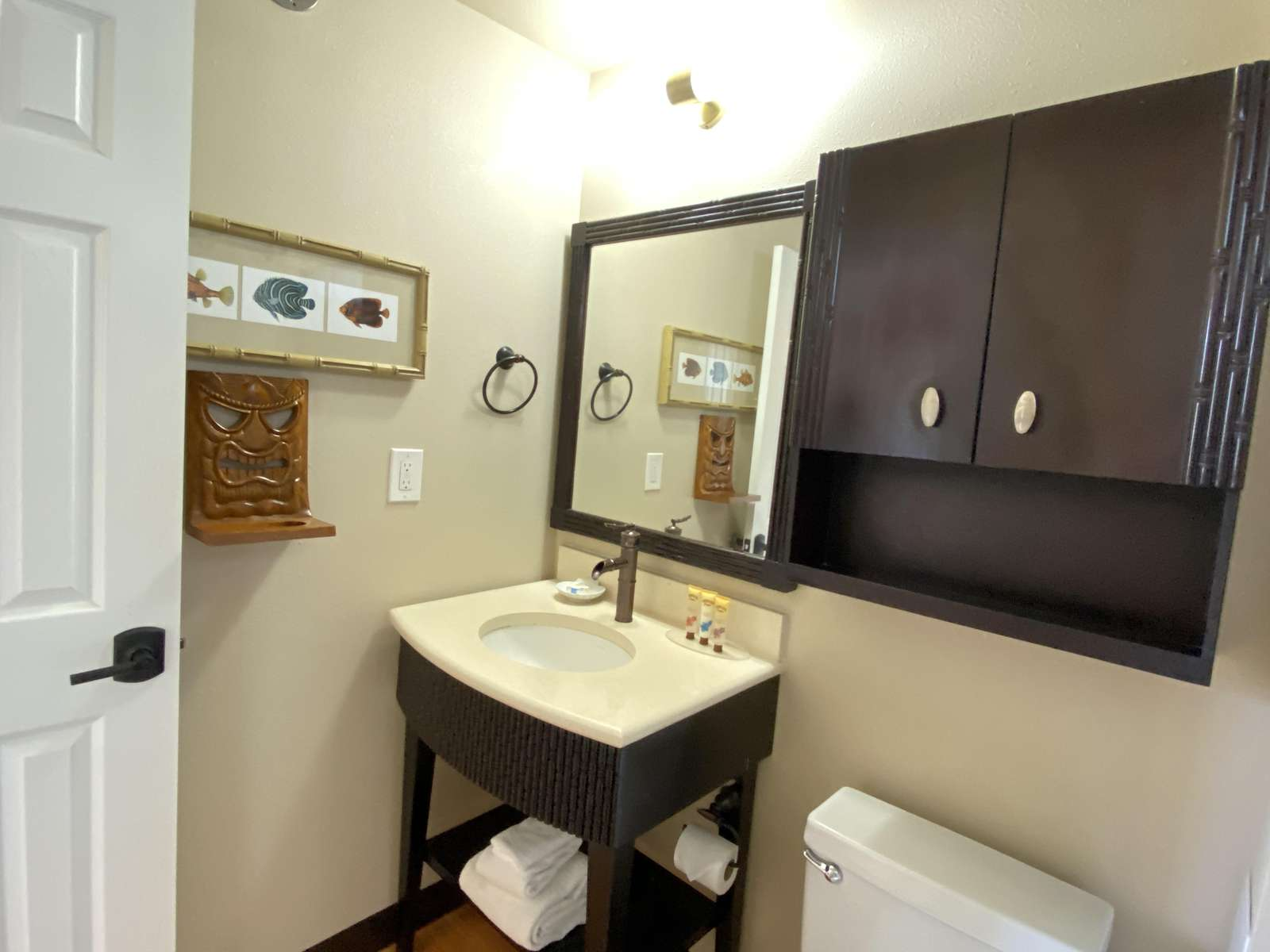 Well stocked bathroom with amenities & towels