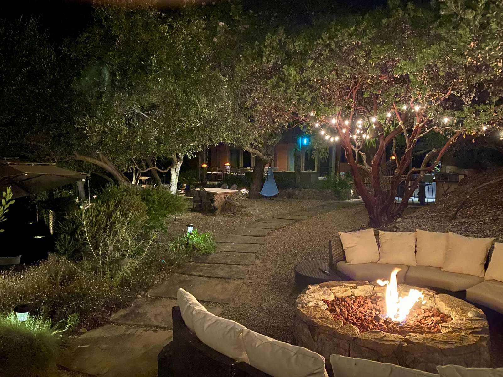 Relax and stay warm in the evening by the family-sized fire pit