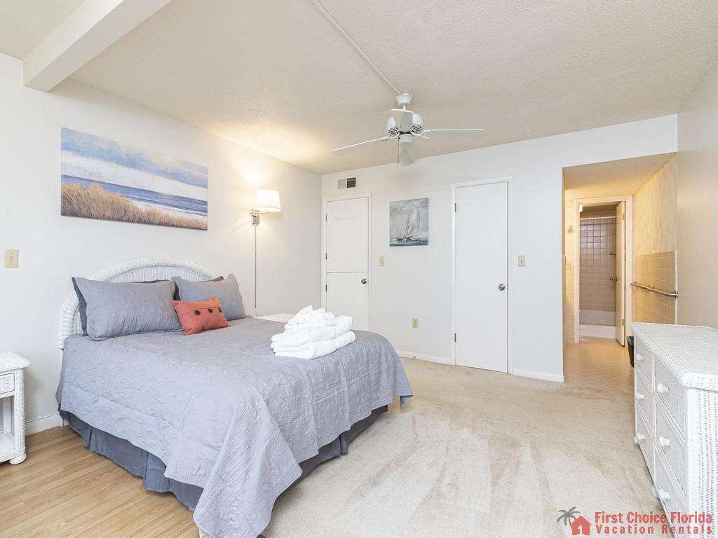 Master Bedroom w/ en' suite bath