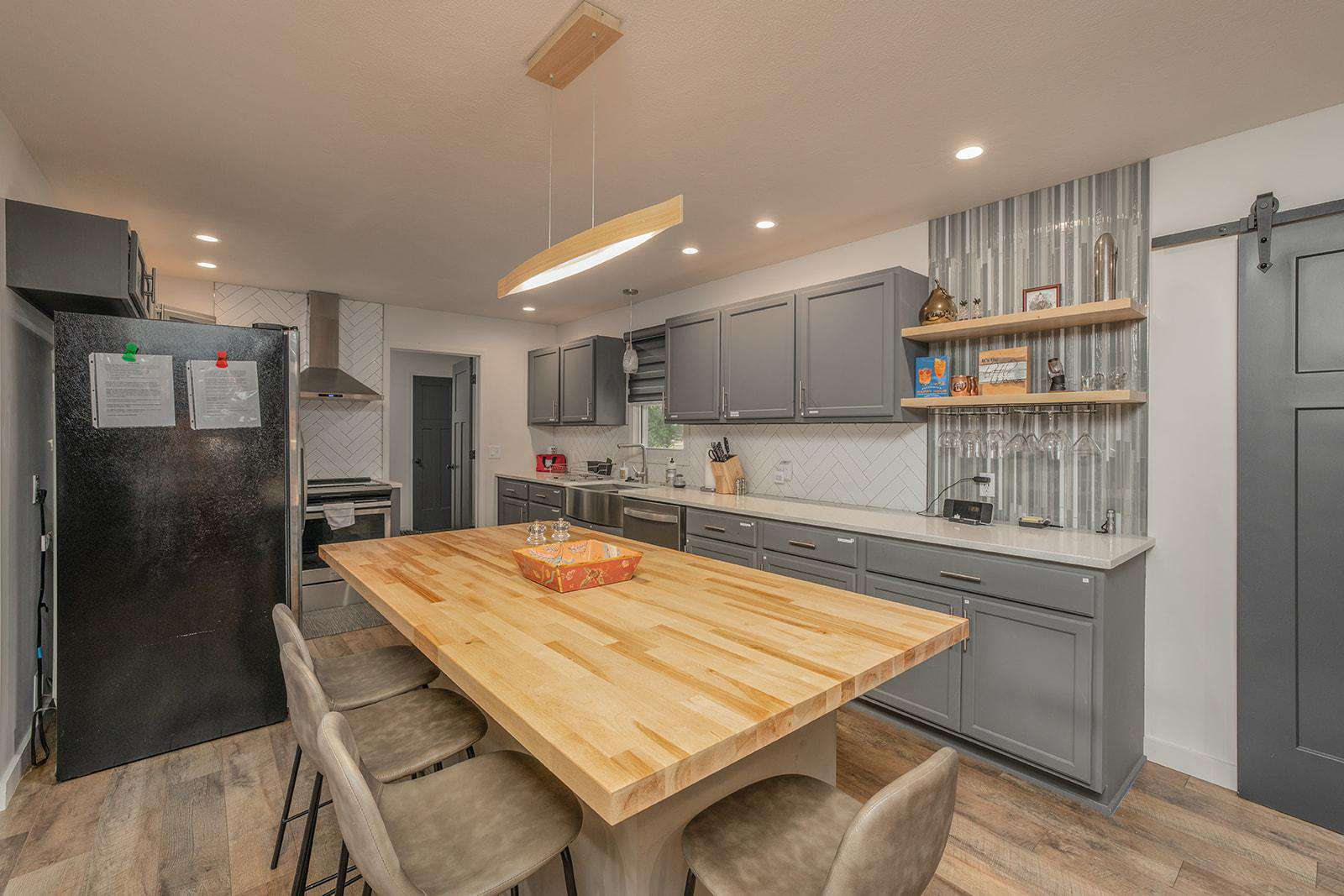Gorgeous kitchen. Style, function and fully equipped!!