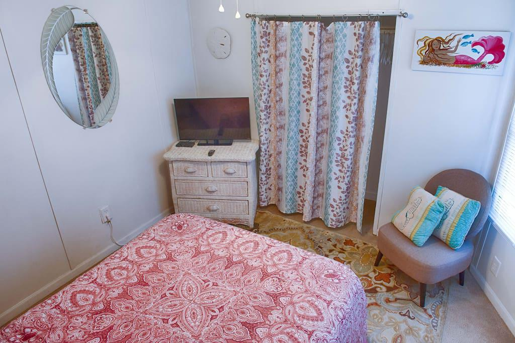 2nd Bedroom w/ Full Size Bed - Flat screen TV with WOW cable and Ceiling Fan. Outlet has power strip for phone and device chargers