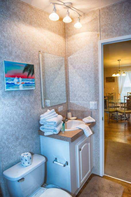 2nd Bathroom w/ towels, hand towels, wash cloths & amenities for guests