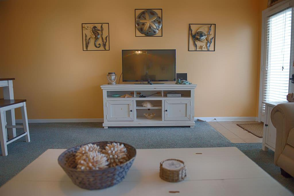 Nice bright living room with flat screen tv, cable, and Wifi