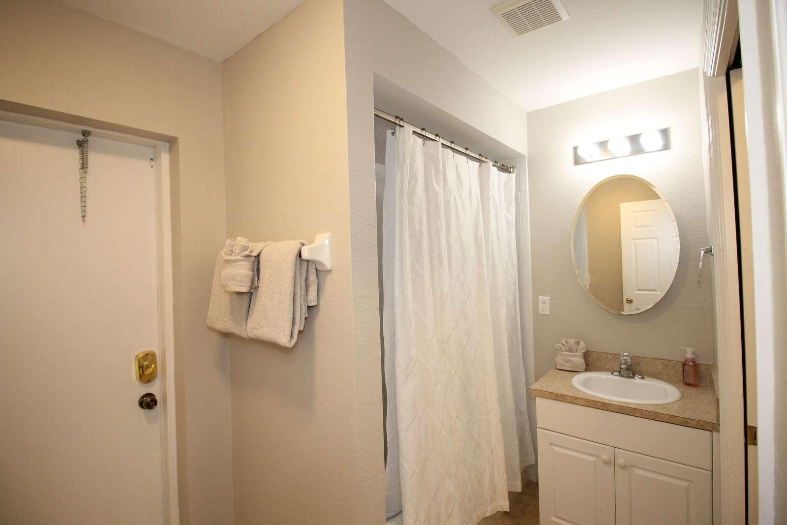 2nd bathroom / pool bath