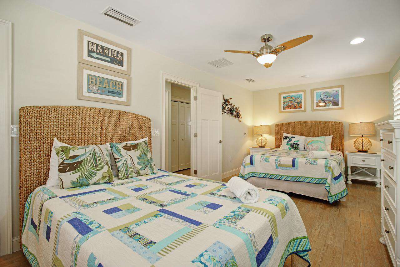 2 double beds bedroom have a full bath in the hallway