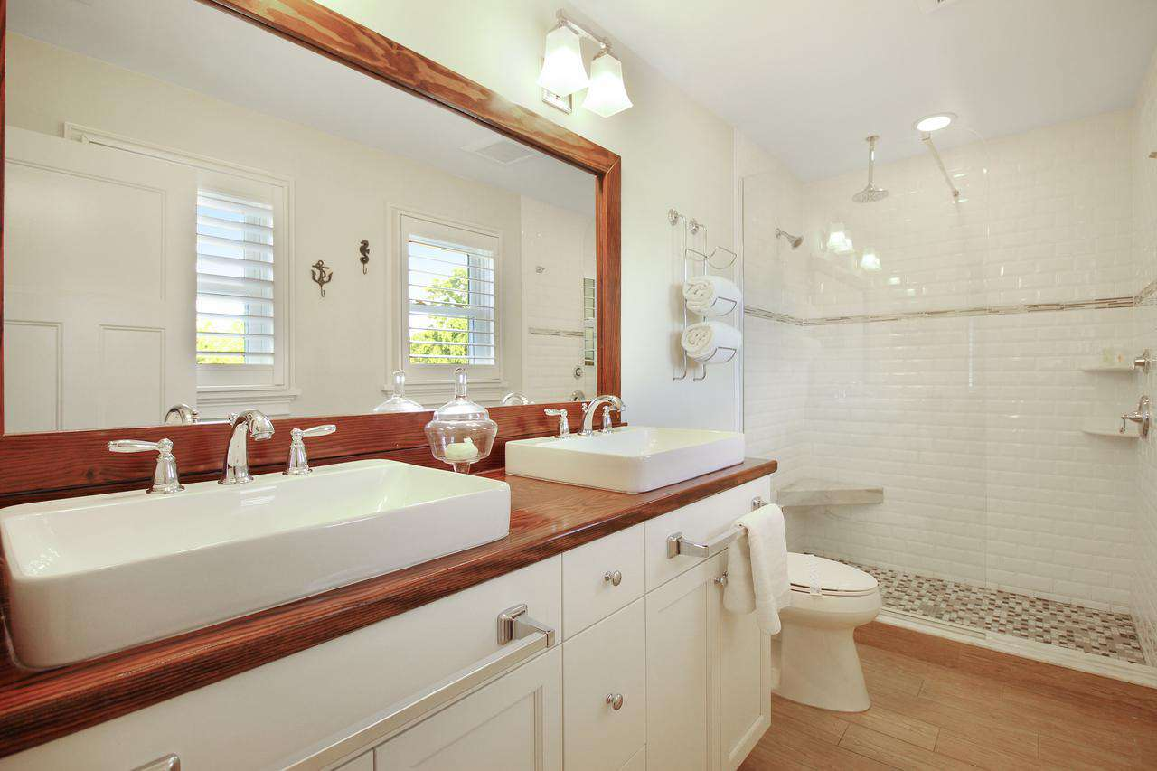 Full bath attached to King bedroom