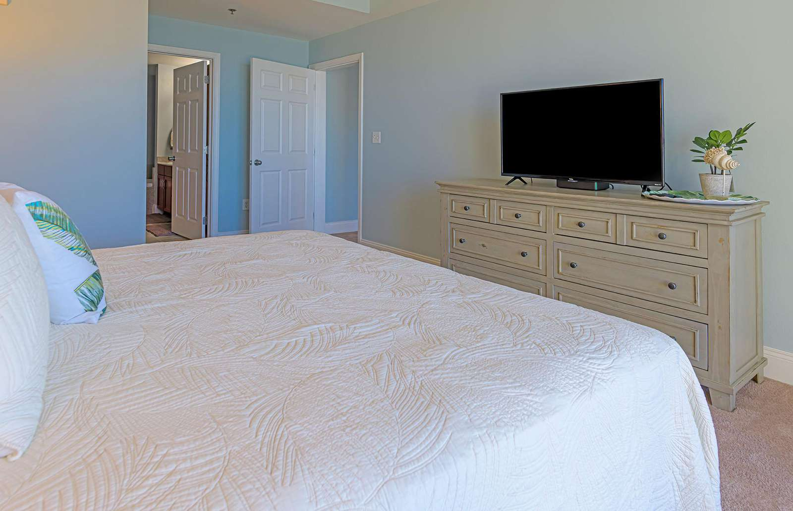 Cable TV and smart capabilities in both bedrooms!
