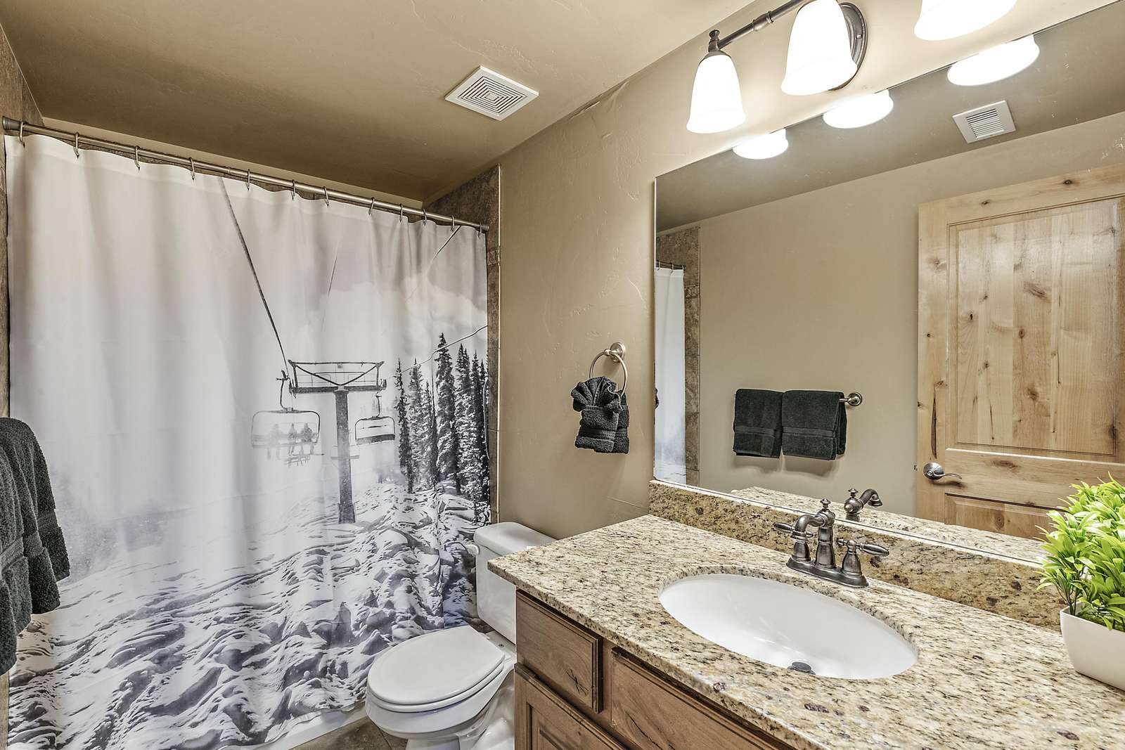Guest bathroom shared by guest and twin bedrooms