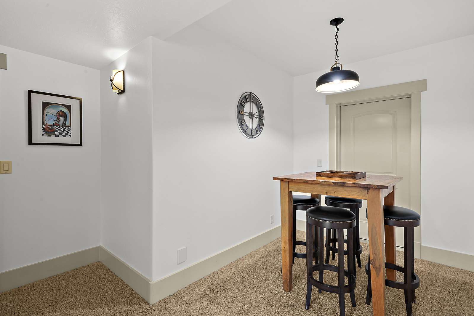 Extra nook for dining and games