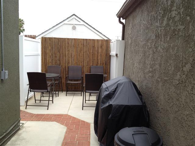 side yard patio area w/bbq grill
